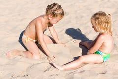 strandungar som leker två Royaltyfria Foton