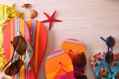 Strandurlaubartikel für Familie bereiteten sich auf Tischplatteansicht vor Stockfoto