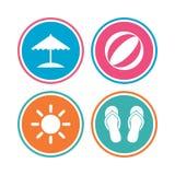 Strandurlaubikonen Regenschirm und Sandalen Lizenzfreie Stockbilder