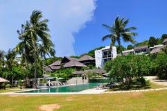 Strandurlaubsort mit Swimmingpool lizenzfreie stockfotos