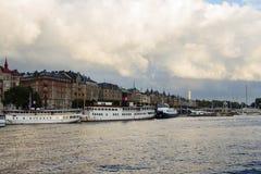 Strandvägen en zijn typische Zweedse huizen stock foto