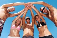 strandvänner som har skratt royaltyfria foton