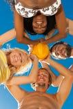 strandvänner som leker volleyboll Arkivbild