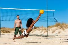 strandvänner som leker volleyboll Royaltyfri Bild