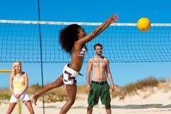 strandvänner som leker volleyboll Fotografering för Bildbyråer
