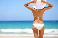 Strandvakantie - hete vrouw in sunhat en bikini Stock Afbeeldingen