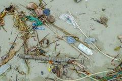 Strandverontreiniging met garvage en afval op het strand die schade aan het milieu in Muisne-Eiland in Ecuador veroorzaken stock fotografie