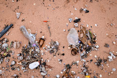 Strandverschmutzung Abfall auf dem Strand Lizenzfreie Stockbilder