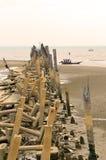 Strandverschmutzung Plastikflaschen und anderer Abfall auf Meer setzen auf den Strand Stockfoto