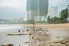 Strandverschmutzung Plastikflaschen und anderer Abfall auf Meer setzen auf den Strand Stockfotografie