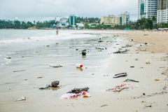 Strandverschmutzung Plastikflaschen und anderer Abfall auf Meer setzen auf den Strand Lizenzfreies Stockfoto