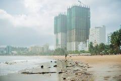 Strandverschmutzung Plastikflaschen und anderer Abfall auf Meer setzen auf den Strand Lizenzfreie Stockfotografie