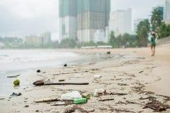 Strandverschmutzung Plastikflaschen und anderer Abfall auf Meer setzen auf den Strand Lizenzfreie Stockbilder