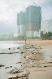 Strandverschmutzung Plastikflaschen und anderer Abfall auf Meer setzen auf den Strand Lizenzfreies Stockbild
