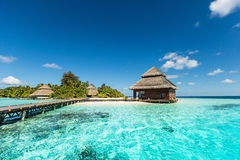 Strandvilla's op klein tropisch eiland Stock Afbeeldingen
