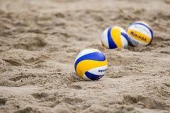 Strandvolleybälle im Sand Lizenzfreies Stockfoto