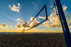 Strandvolleyball netto bij zonsopgang bij het Strand van Miami, Florida, de V.S. royalty-vrije stock foto