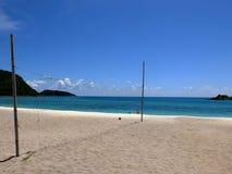 Strandvolleyball netto naast het overzees Stock Afbeeldingen