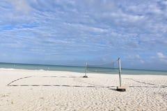 Strandvolleyball netto op adelaarsstrand met blauwe oceanen stock fotografie