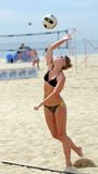 Strandvolleyball Serve Rachel-Johnston Lizenzfreies Stockbild