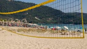 Strandvolleyball, zand en beschermende paraplu's royalty-vrije stock afbeelding