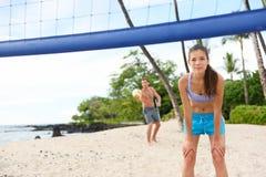 Strandvolleyballaufschlag - bemannen Sie Umhüllung im Spiel Stockbilder