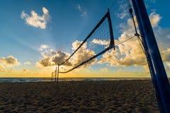 Strandvolleyballnetz bei Sonnenaufgang am Miami Beach, Florida, USA lizenzfreies stockfoto