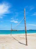 Strandvolleyballnetz am leeren Strandferientag Lizenzfreies Stockfoto