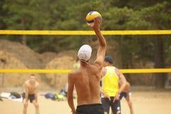 Strandvolleyballspieler im Spiel lizenzfreies stockfoto