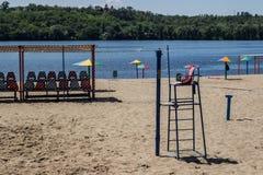 Strandvolleyballspielplatz durch den Fluss lizenzfreies stockfoto