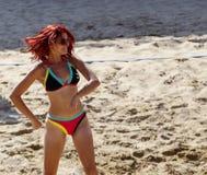 Strandvolleyboll behandla som ett barn Royaltyfria Foton