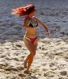 Strandvolleyboll behandla som ett barn Royaltyfri Foto