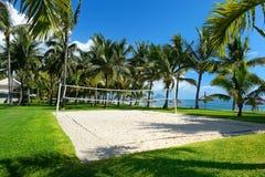 Strandvolleyboll förtjänar på en tropisk semesterort Arkivfoton