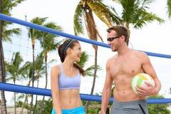 Strandvolleyboll - folk som spelar aktiv livsstil Arkivfoton