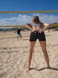 Strandvolleyboll - ger kvinnor ett handtecken Royaltyfri Foto