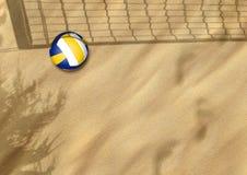 Strandvolleyboll på sanden Arkivbild