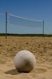 Strandvolleybolldomstol med blå himmel Royaltyfri Fotografi