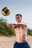 Strandvolleybollspelare Arkivbild