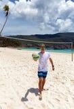 Strandvolleybollspelaren att närma sig tittaren fotografering för bildbyråer