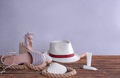 Strandvoorwerpen op houten lijst royalty-vrije stock afbeelding