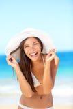 Strandvrouw gelukkig bij reis leuk lachen Stock Afbeeldingen