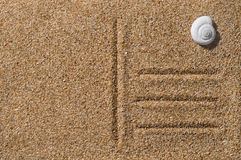 Strandvykort på sand arkivbilder