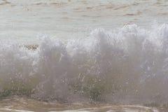 Strandwellen stoßen in Richtung zum Ufer auf einem heißen Sommermorgen zusammen Stockfotografie