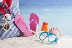 Strandzak met strandtoebehoren Royalty-vrije Stock Afbeeldingen