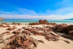 Strandzand met blauwe hemel Royalty-vrije Stock Afbeeldingen