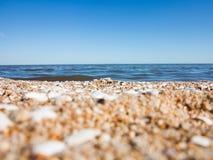 Strandzand met overzees op de achtergrond Royalty-vrije Stock Afbeelding