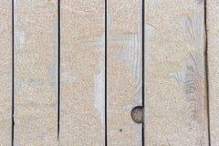 Strandzand op houten raad stock fotografie