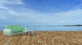 Strandzitkamer en balkons met bank en zeegezicht in de zomeroverzees Royalty-vrije Stock Fotografie
