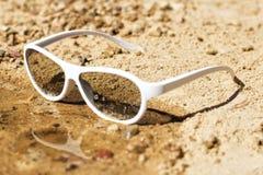 Strandzonnebril in de overzeese golf Royalty-vrije Stock Afbeeldingen