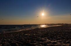 Strandzonsondergang bij Kaap Mei New Jersey met silhouetten Royalty-vrije Stock Fotografie